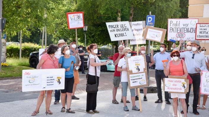 """Vor der Bürgerversammlung: """"Finger weg von unserer Klinik"""": Die Demonstration, die sonst jeden Mittwoch vor dem Kreiskrankenhaus in Wolfratshauser stattfindet, diesmal vor dem Geretsrieder Rathaus."""
