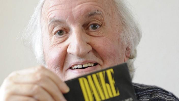 Der Musiker und Komponist Martin Gotthard Schneider mit der alten Schallplatte mit dem Titel Danke a
