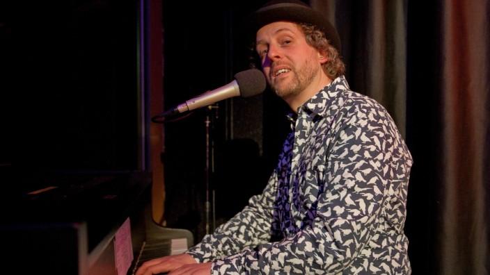 """Ismaning: Der Musikpädagoge, Sänger und Schauspieler Ramon Bessel nennt seine Arbeit """"Liedkunst-Kabarett""""."""
