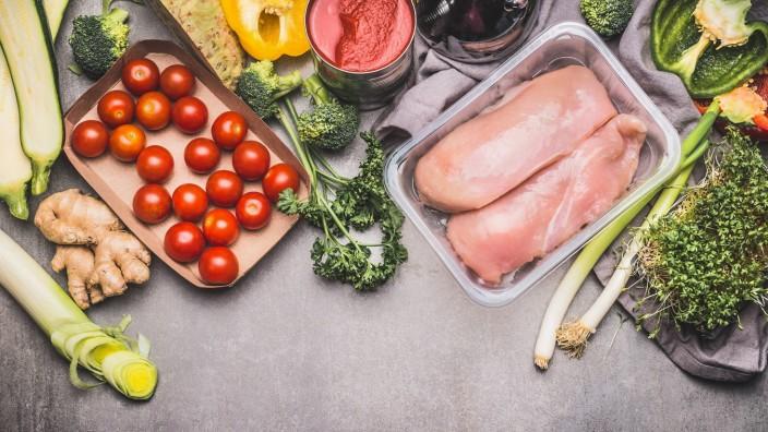 Gesundes Lebensmittel mit Hähnchenbrust und Gemüse *** Healthy food with chicken breast and vegetabl