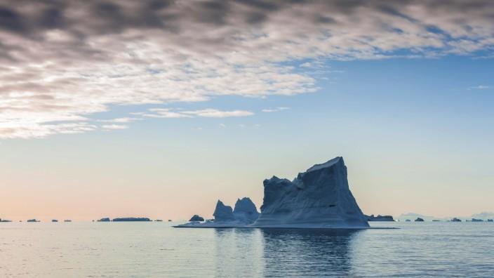 Eisberg bei Sonnenaufgang, Scoresbysund, Ostgrönland, Grönland, Nordamerika *** Sunrise iceberg Scoresbysand East Green