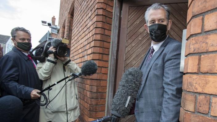 Edwin Poots, Chef der nordirischen Unionist Party (DUP), verlässt den Parteisitz in Belfast.