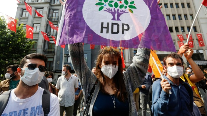 Protest in Istanbul: Noch am Donnerstag gingen Menschen auf die Straße, um nach dem Angriff ihren Unmut und ihre Solidarität mit der HDP kundzutun.