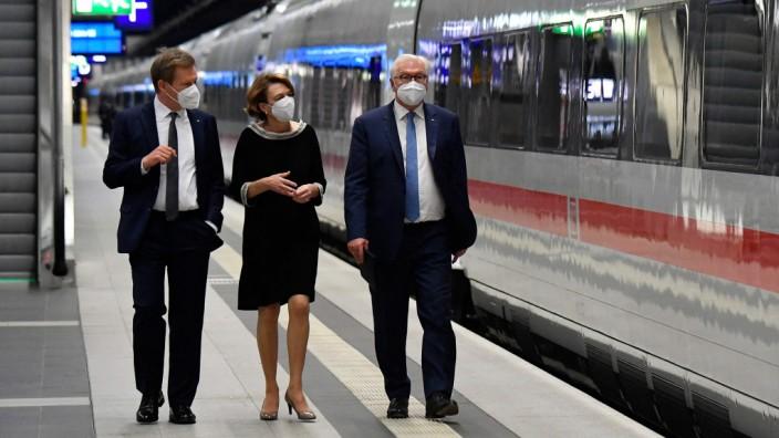 Schienenverkehr: Deutsche-Bahn-Chef Richard Lutz (li.), Bundespräsident Frank-Walter Steinmeier und seine Ehefrau Elke Büdenbender am 8. Juni bei der Taufe eines neuen ICE 4 in Berlin.