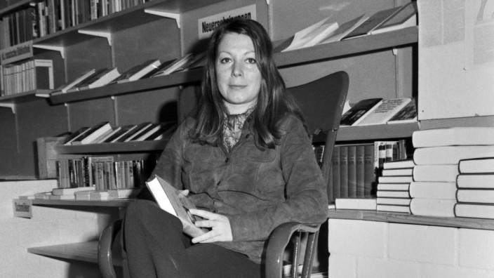 Die Schriftstellerin Inge Poppe in ihrer Autorenbuchhandlung in München Deutschland 1970er Jahre W
