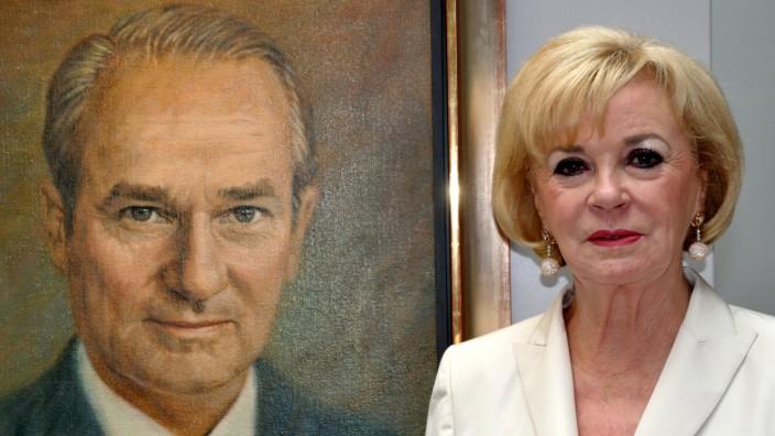 Bertelsmann: Liz Mohn neben einem Gemälde, das ihren verstorbenen Mann Reinhard Mohn zeigt