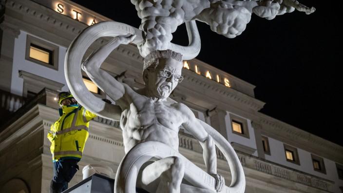Stuttgart 21-Statue von Peter Lenk wird aufgestellt