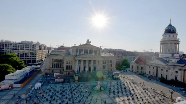 Neuinszenierung 200 Jahre FREISCHÜTZ Blick von oben auf das Geschehen aus einem Hotel gegenüber Neuinszenierung 200 Jah