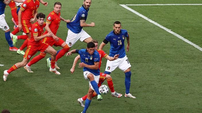 Italien gewinnt gegen Wales: Sein Schuss ist gegen Wales entscheidend: Matteo Pessina (am Ball) erzielt das 1:0, das Italien zum souveränen Gruppensieger macht.