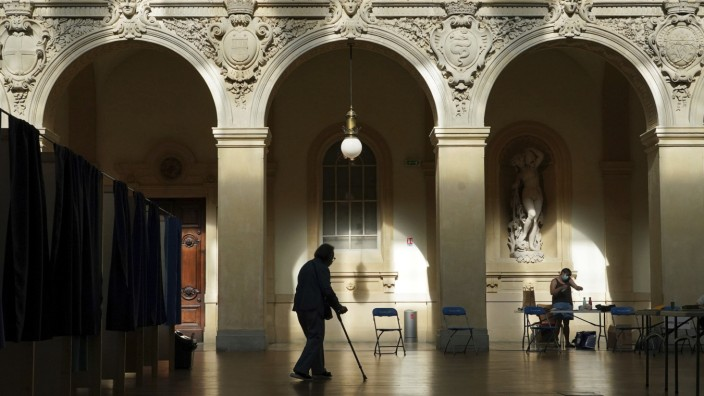Frankreich: Ein einsamer Wähler verlässt die Wahlkabine in Lyon.