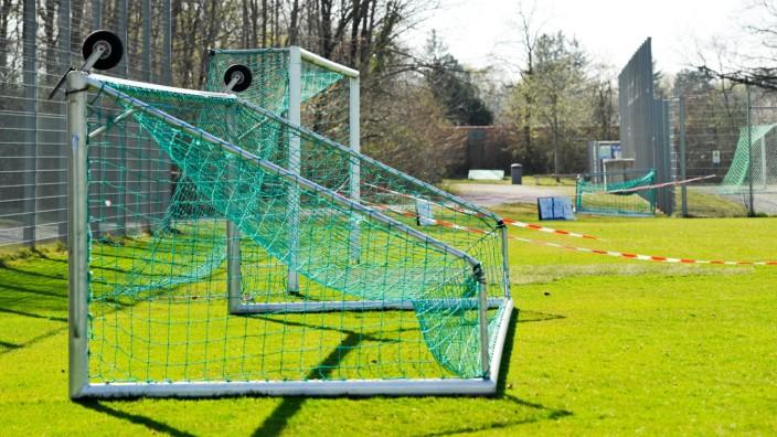 Wegen Corana-Virus geschlossener Sportplatz in München, 2020