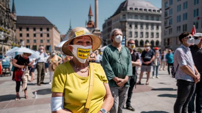 Gemeinsam für jüdisches Leben in München Frau mit Sonnenhut und Maske: München ist bunt! Gegen jeden Judenhass gemeinsa