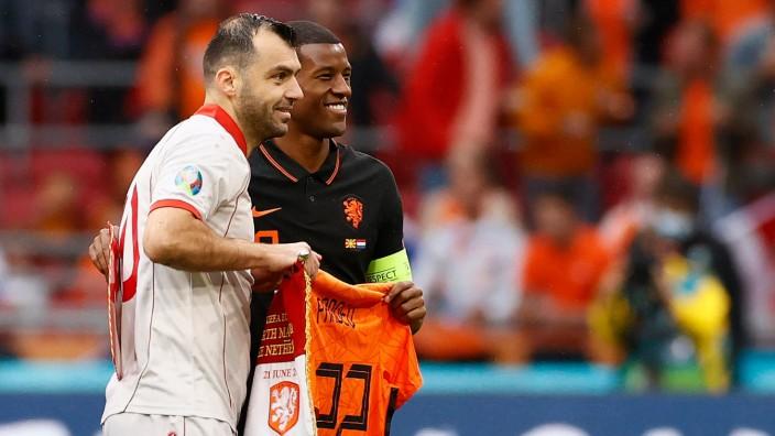 Gruppensieger Niederlande: Die zwei Hauptdarsteller der Partie: Nordmazedoniens Goran Pandev (li.) und der Niederländer Georginio Wijnaldum.