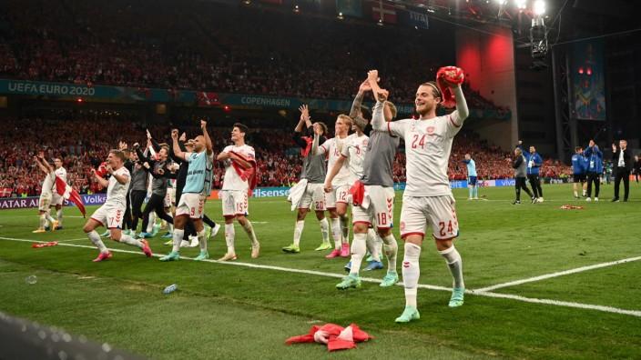 Dänemark bei der EM 2021: Kein Halten mehr: Dänemark feiert den Einzug ins Achtelfinale vor den eigenen Fans.
