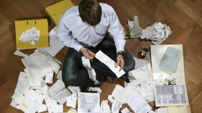 Mann sortiert Unterlagen für die Steuer