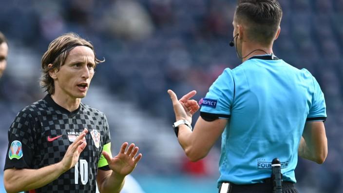 """EM 2021: """"Wir sind weit davon entfernt, wie wir einmal gespielt haben"""": Luka Modric (links) trägt die Last der Verantwortung für das kroatische Spiel momentan allein auf seinen schmalen Schultern."""