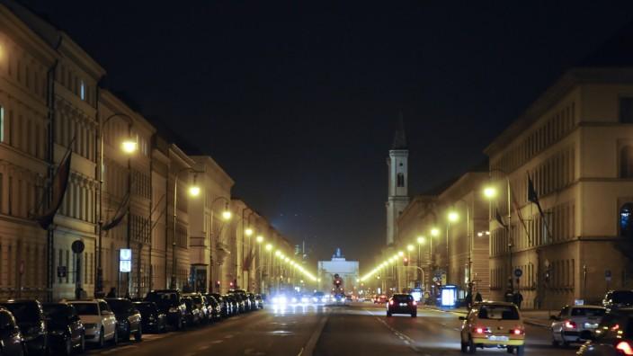 Die Ludwigstraße in München bei Nacht - bald soll sie an den Wochenenden für den Verkehr gesperrt werden, um sich in eine Feiermeile zu verwandeln.
