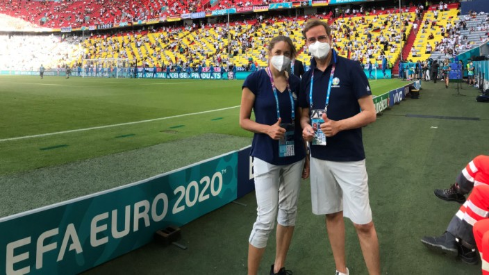 Mediziner bei der EM: Sportmediziner Martin Halle mit Kollegin Katrin Esefeld im Stadion.
