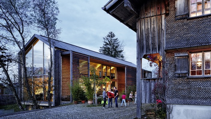 Reisen: Holzbauten werden im Bregenzerwald nicht nur gerne bewohnt, sondern auch als Feuerwehrhäuser, Supermärkte, Gemeindesäle und Firmensitze genutzt.