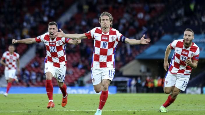 Fußball-EM: Luka Modric (mi.) feiert nach dem Tor des Tages