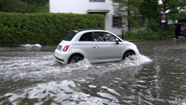 ID 320 Die Unwetterserie in Süddeutschland hält weiter an. Ein schweres Hagelunwetter wütete am Dienstagnachmittag im O
