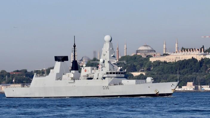 Die HMS Defender, ein Kriegsschiff der britischen Marine, am Hafen von Istanbul.