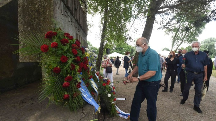 Ehemaliger SS-Schießplatz: Teilnehmer der Gedenkfeier legen Rosen nieder.