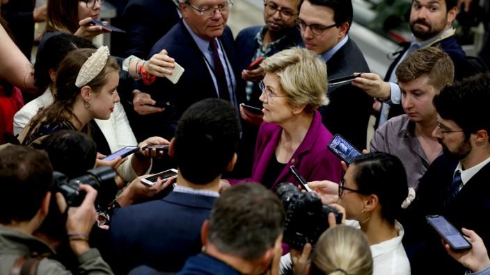 Die demokratische Senatorin Elizabeth Warren im Gespräch mit Reportern.
