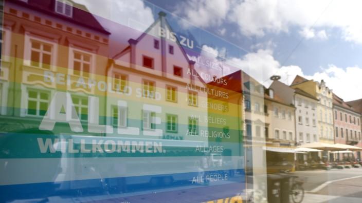 Regenbogen im Landkreis Freising: Ein sichtbares Zeichen der Toleranz klebt bei einem Optiker an der Unteren Hauptstraße in Freising im Schaufenster.