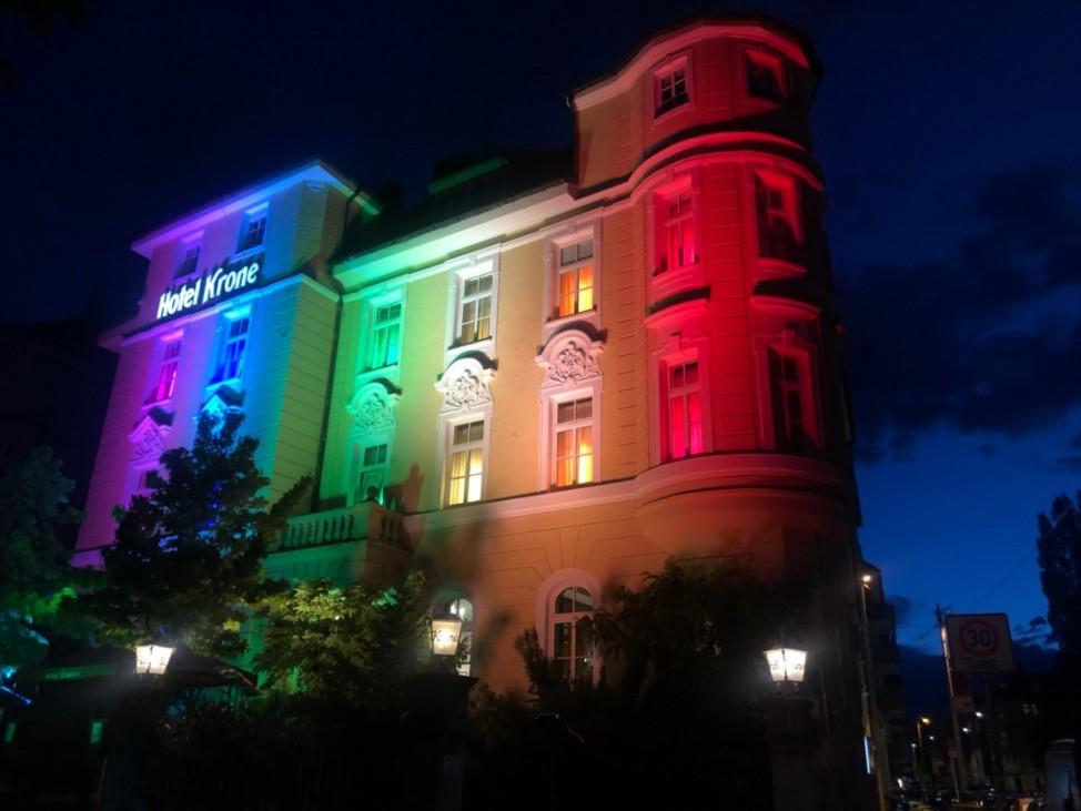 Hotel Krone an der Theresienwiese leuchtet in Regenbogenfarben