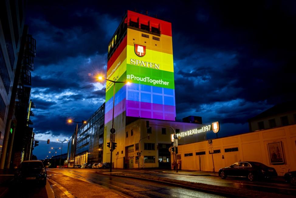 Pride-Flag Illumination des Turms der Spaten-Löwenbräu-Brauerei in der Marsstraße in München