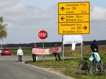 Gegendemonstranten die gegen den Weiterbau der A14 sind, stehen zwischen Dequede und Losse an der Landstrasse - Fahrzeug