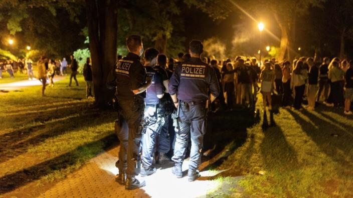 Tuebingen Stadt Tuebingen; Tuebingen; Nacht; Alkoholverbot; Ansammlung; Alter Botanischer Garten; Bota; Polizeikette; P