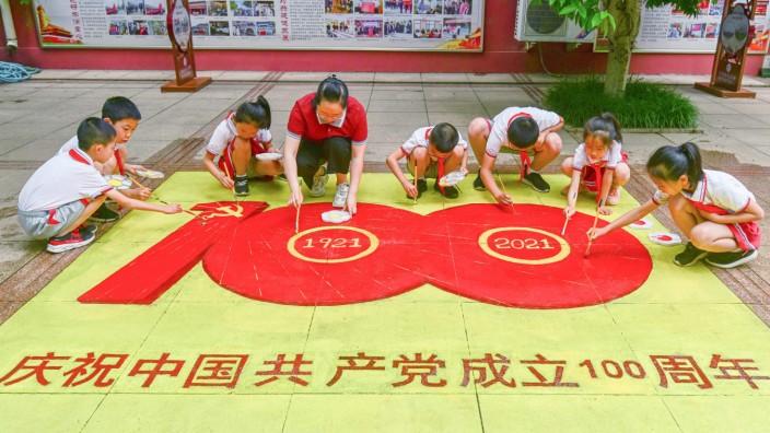 China: Mit 92 Millionen Mitgliedern ist die Kommunistische Partei Chinas die größte Partei der Welt. Gleichzeitig regiert sie zum größten Teil aus dem Verborgenen.