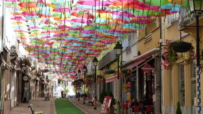 Agueda Themenfoto: Street-Art, Kunst, Agueda, Portugal, 10.06.2020 Umbrella Sky Project, Themenfoto: Street-Art, Kunst,
