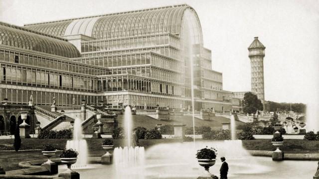 CRYSTAL PALACE Le Crystal Palace de Joseph PAXTON pendant l Exposition universelle de Londres. Photographie anonyme de 1