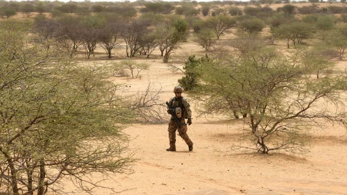 Anschlag in Mali: Ein Bundeswehrsoldat unter UN-Mandat sucht in der Savanne von Mali nach versteckten Sprengsätzen.