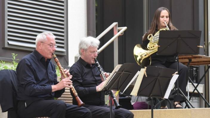 Kultur in Dachau: Im Innenhof der VR-Bank lassen die Musiker ein lebensvolles Beethoven-Bild entstehen.