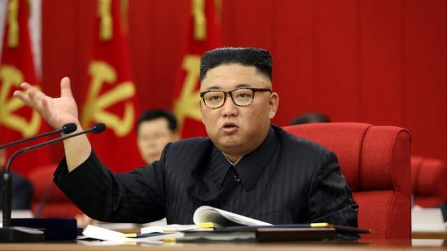 Nordkorea: Kim Jong-un bei der dritten Vollversammlung des achten Zentralkomitees: Die Partei will dem Volk demonstrieren, dass sie etwas gegen die Misere unternimmt.