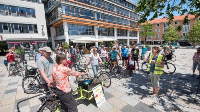 Verkehrspolitik im Landkreis Starnberg: Die Radler treffen auf dem Kirchplatz in Starnberg ein.