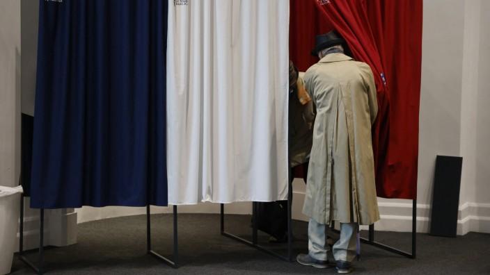 Frankreich: Ein Franzose bei der Abstimmung in Le Touquet-Paris-Plage.
