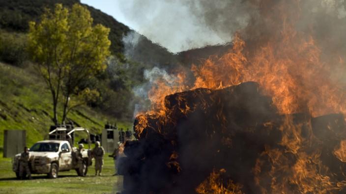 Drogen: Ein Drogenfund in Flammen: Soldaten vernichten die beschlagnahmten Drogen in Tijuana, Mexiko.