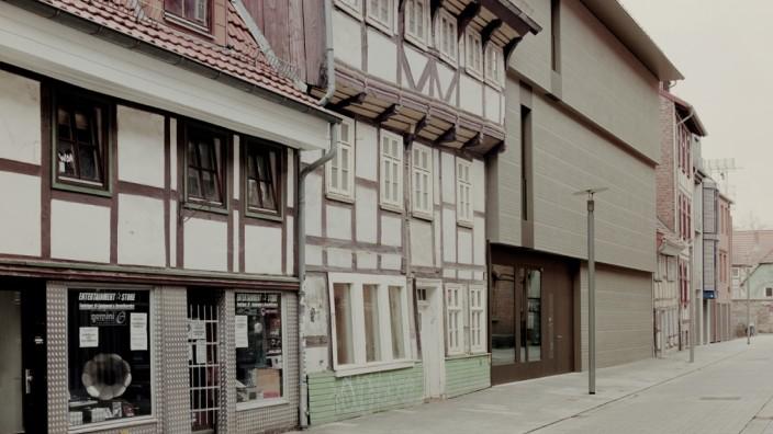 Kunsthaus Göttingen: Ein zeitgenössisches Statement, angepasst an die Umgebung: Das neue Kunsthaus Göttingen steht zwischen zwei mittelalterlichen Fachwerkhäusern.