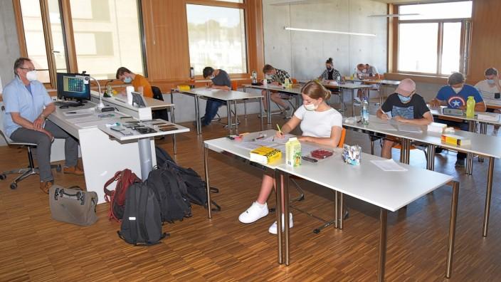 Bildung: Kleiner Kreis: Die Absolventen der Berufsschule plus haben mit ihren Abiturprüfungen begonnen - auf Abstand und mit Maske.