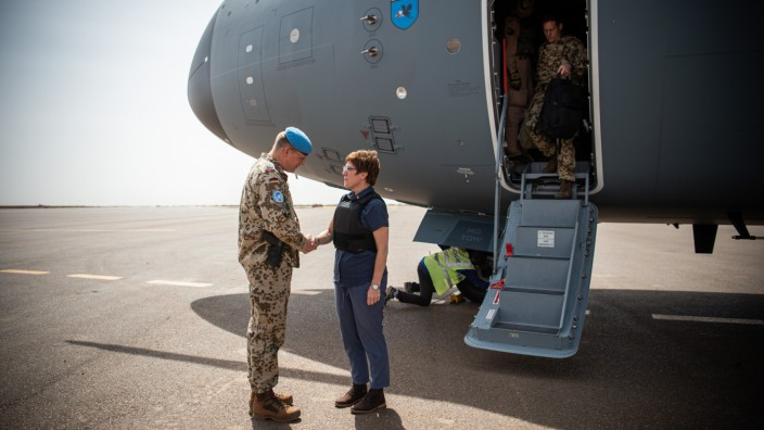 Verteidigungsministerin Annegret Kramp-Karrenbauer 2019 bei einem Truppenbesuch in Gao.
