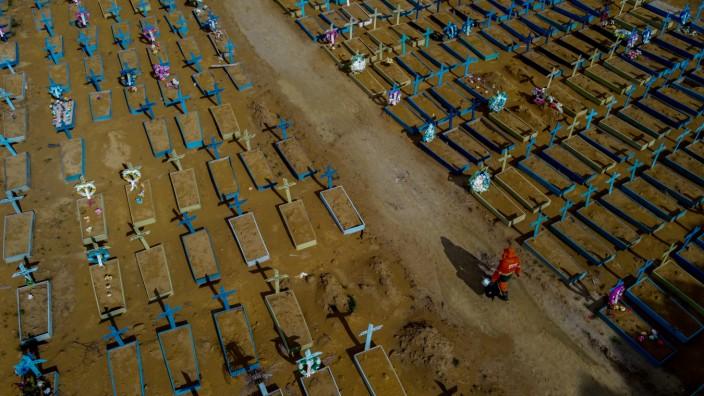 Gräber auf einem Friedhof in Manaus, am Amazonas.