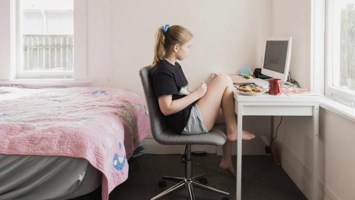 Young girl virtual learning on a computer in her bedroom Hawera, Taranaki, New Zealand PUBLICATIONxINxGERxSUIxAUTxONLY