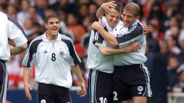 Fußballhistorie: Per Freistoß traf Dietmar Hamann (rechts) im Oktober 2000 zum 1:0-Sieg in England - es war das letzte Spiel im alten Wembley-Stadion, Englands Trainer Kevin Keegan trat unmittelbar danach zurück. Ein knappes Jahr später revanchierte sich England mit einem 5:1 in München, der höchsten deutschen Heimniederlage seit 1931.