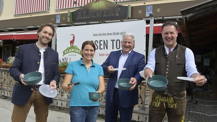 Gastronomie: Vielfach im Einsatz: Die Bürgermeister Andreas Bukowski und Katharina Dworzak mit den Wirten Christian Schottenhamel und Klaus Bartl.