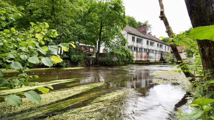 Ausflugsziel an der Würm: Das waren noch Zeiten, als das Mühlthal ein beliebtes Ausflugsziel an der Würm mit S-Bahnhof war: Nach der Aufgabe des Zughalts verwittert das alte Wirtshaus mit Biergarten.